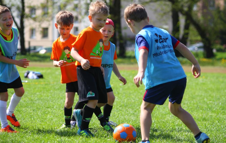 Akademia Młodego Piłkarza zaprasza! Szkółka prowadzi ciągły nabór zawodników chcących rozwijać swoje sportowe zainteresowania oraz pogłębiać umiejętności piłkarskie. więcej